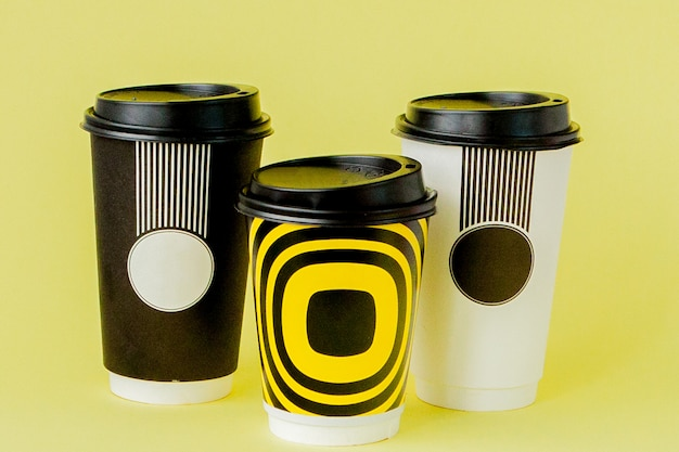 Вынос кофе в термо чашки на желтый.