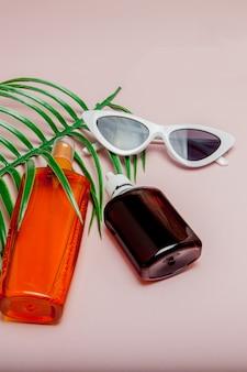 ボトルの日焼け止め。夏の海のリゾートのコンセプト。トップビュー、フラットレイアウト、ミニマリズム