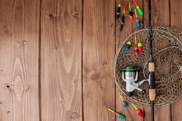 釣り道具-釣り竿釣りフロートと美しい青い木製の背景にルアー