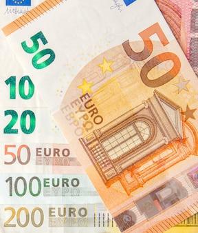 ユーロマネー。ユーロ現金の背景。ユーロマネー紙幣。別のユーロ紙幣からの背景をクローズアップ