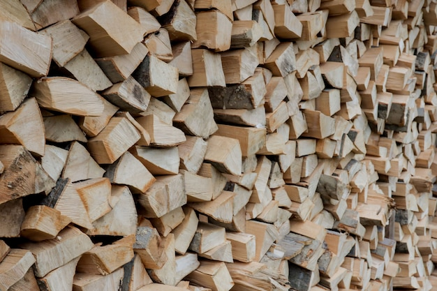 薪のスタック。冬の薪の準備。薪の山。薪の背景