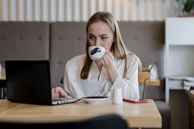 コーヒーブレークの若い実業家。タブレットコンピューターの使用
