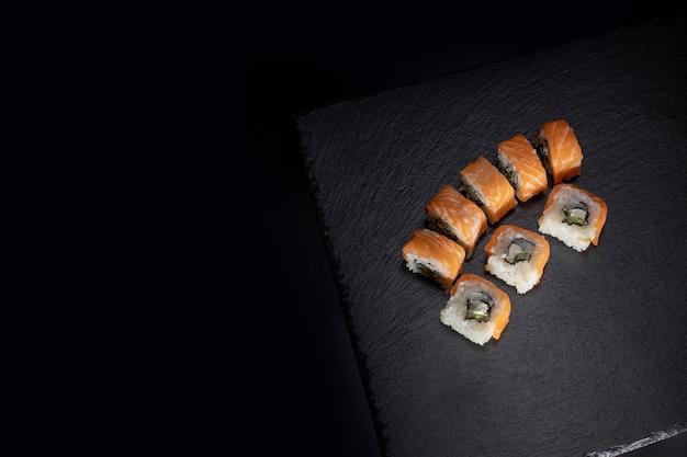 コピースペースと暗い背景に美味しい日本料理の寿司を閉じる