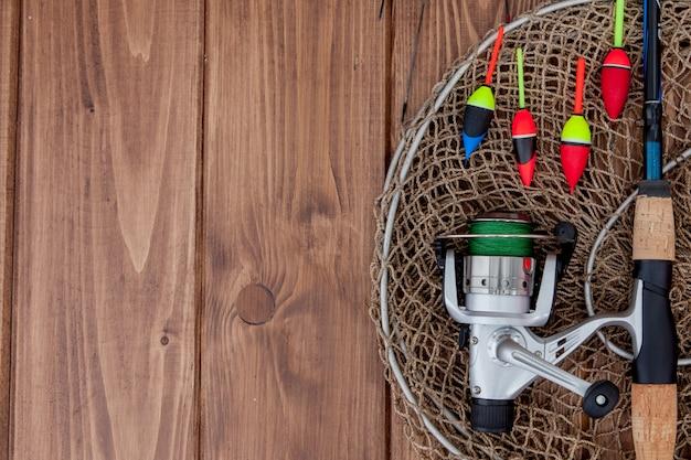 釣り道具-釣り竿釣りフロートと美しい青い木製の背景、コピースペースにルアー