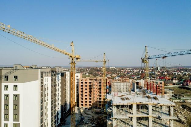 高層ビルの建設と建設、作業機器と労働者と建設業界。上から、上から。背景とテクスチャ