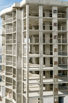 Вид с воздуха на бетонную раму высокого жилого дома в стадии строительства в городе