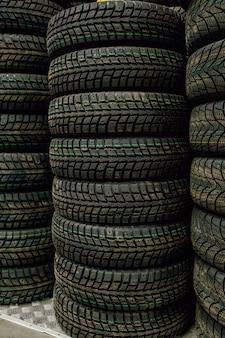 タイヤ店の倉庫で車のタイヤとホイール。