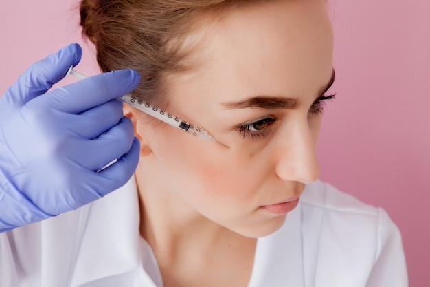 Косметолог делает укол клиенту