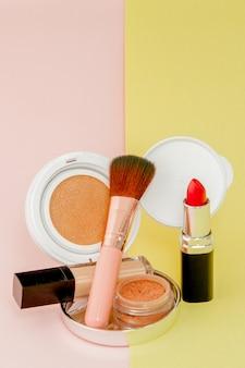 Составьте продукты, проливающиеся на ярко-желтый и розовый фон с копией пространства