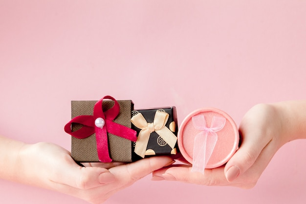 女性の手にある小さなギフトボックス。バレンタイン、母の日、誕生日のお祝いコンセプト