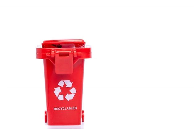 白い背景で隔離赤いごみ箱