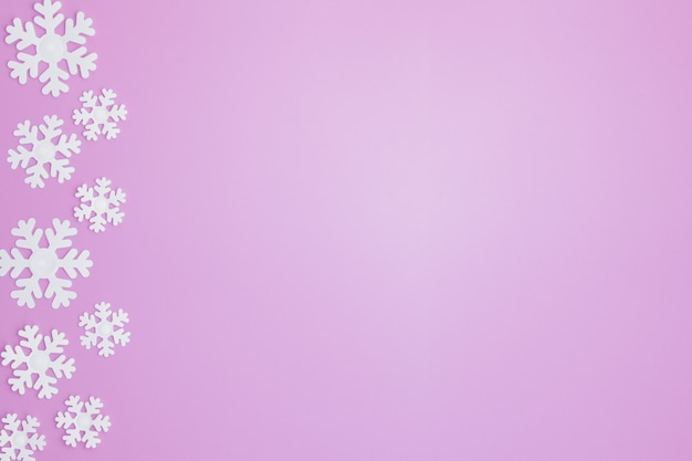 雪のピンクの背景の冬パターン。