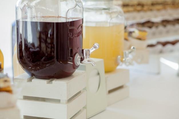 結婚式のキャンディバーにレモネードのガラス瓶。ケータリング。結婚式のパーティーの飲み物