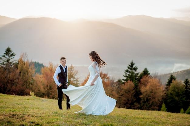Жених и невеста на закате романтическая семейная пара