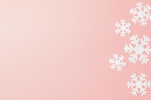雪の結晶とピンクの冬のパターン。クリスマス。フラット横たわっていた。テキストのコピースペース