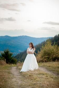 山の花嫁。ライフスタイルと結婚式のコンセプト