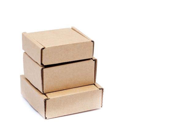 白で隔離されるさまざまなサイズの段ボール箱