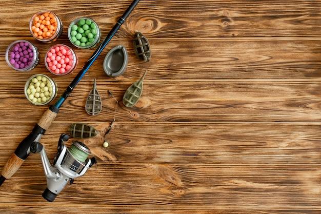コイ釣りとコピースペースを持つ木製の板に釣り餌用のアクセサリー