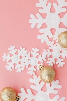ピンクの女性の手とノート、上からの眺めのクリスマスプレゼント