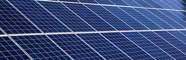 太陽エネルギーのコンセプトイメージのパノラマソーラーパネルの背景。