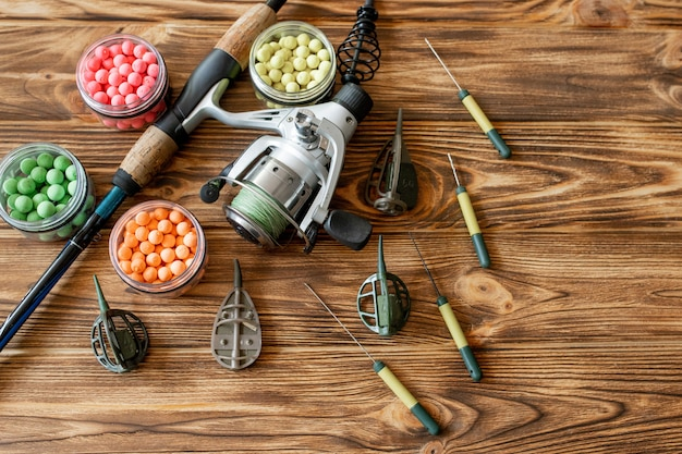 Аксессуары для ловли карпа и рыболовных приманок на деревянных досках с копией пространства