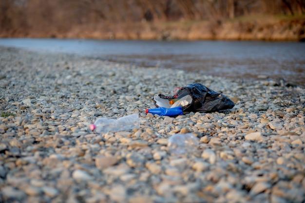 川のクローズアップの近くのゴミ