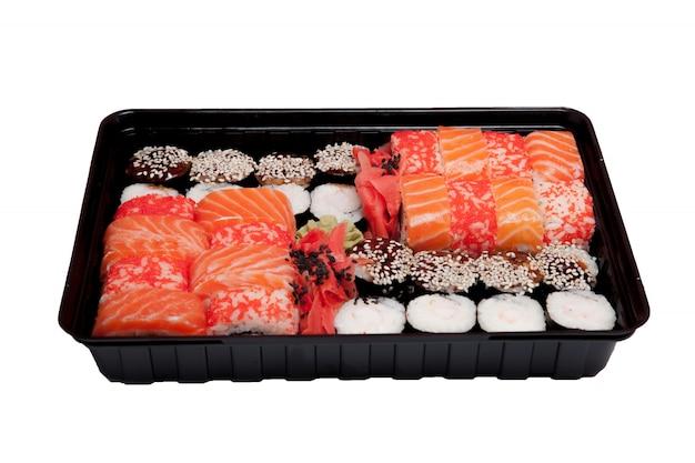 分離されたボックスで寿司セットのクローズアップ