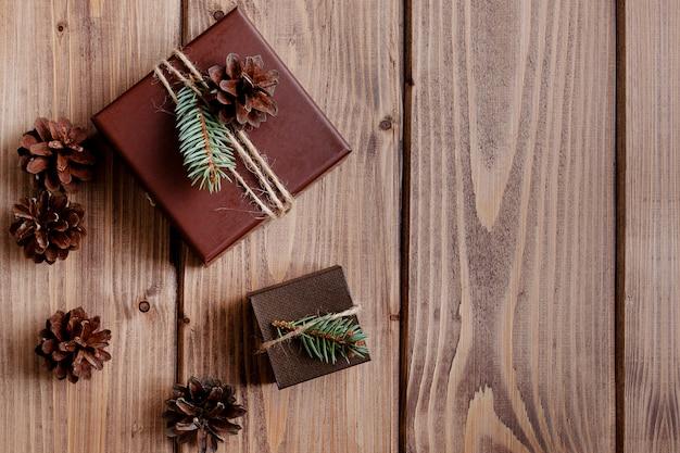 Винтажная подарочная коробка с бантом на деревянном
