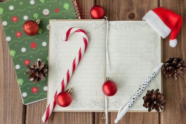 木製の背景にクリスマスや新年の計画。冬休みの準備をします。トップビュー、フラットレイアウト。