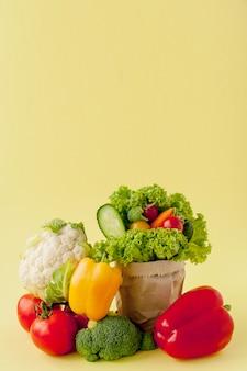 黄色の背景に有機野菜。