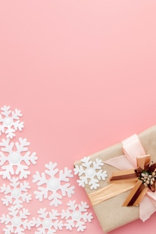 ピンクの背景にリボンで包まれたささやかな贈り物
