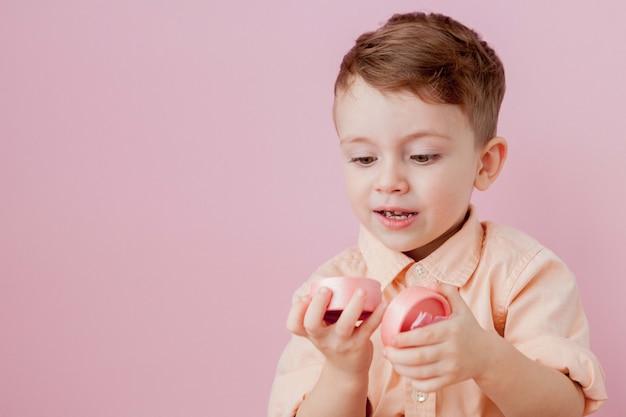 Счастливый маленький мальчик с подарком