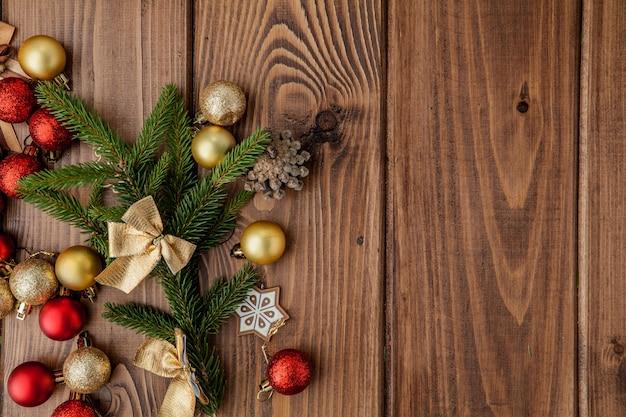 木製のテーブルにモミの木の枝とクリスマスの背景