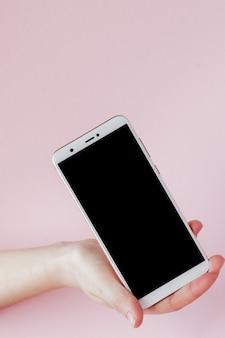 Современный мобильный телефон в руке женщины
