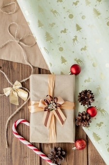 クリスマスプレゼントビンテージスタイルの暗い木製のリボン