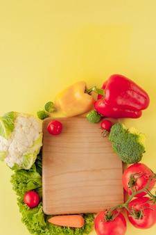 Разнообразие овощей на доске, вид сверху. веганская и здоровая концепция