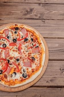 生ハム、アーティチョーク、卵、パルメザンオリーブのピザカプリチョーザの伝統的なイタリア料理。