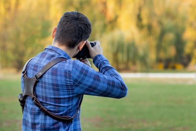 Профессиональный фотограф в действии с двумя камерами на бретелях