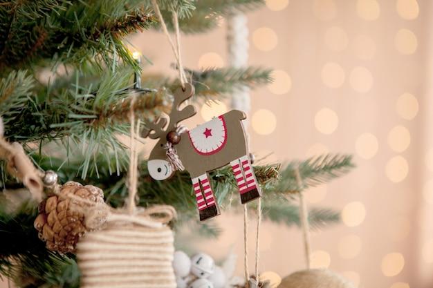 おもちゃとボキーの背景に幸せな新年の装飾的な雪のクリスマスツリー
