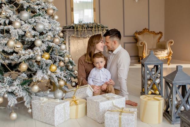 一緒にクリスマスオープニングギフトでクリスマスプレゼント幸せな家族を交換する
