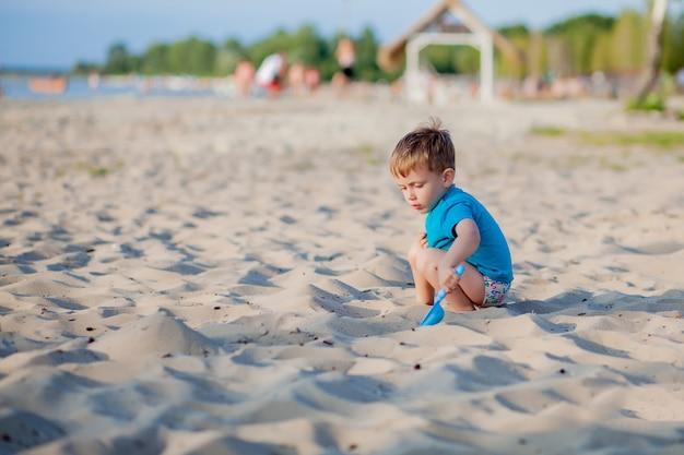 ビーチで遊んでいる少年