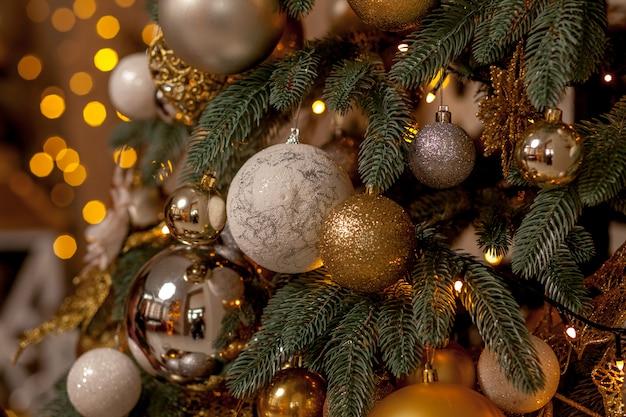 ぼやけた、輝くと妖精の背景にクリスマスツリーの装飾