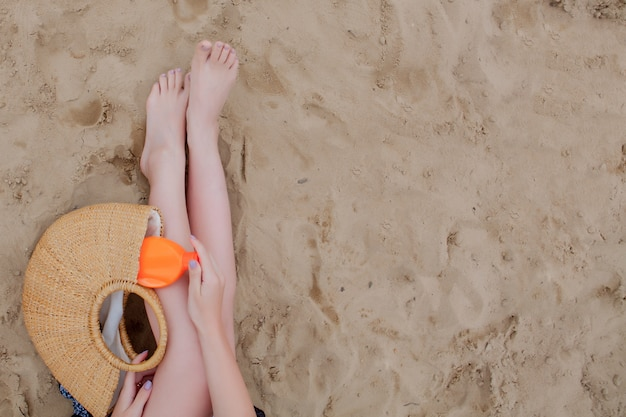 夏休みのビーチの必需品を持つ少女
