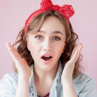 ピンを作ると髪型と美しい若い女性