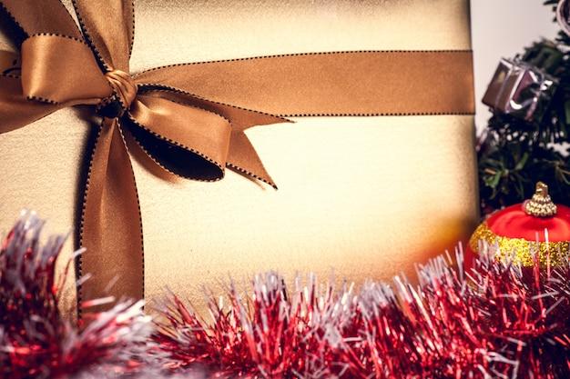 Новогодний фон золотой подарочной коробке