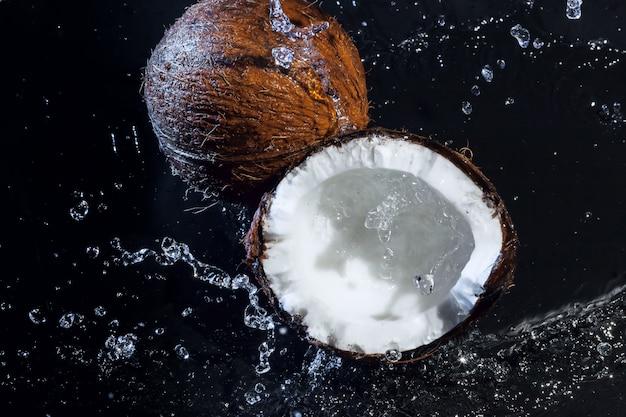 ひびの入ったココナッツ