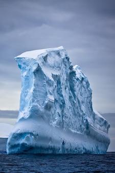 南極の氷山。自然の背景