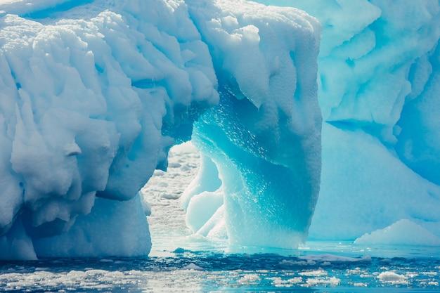 氷山のアーチを閉じます。南極の風景。