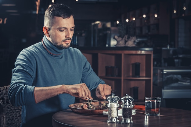 レストランでハンサムな男