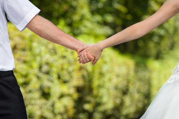 Свадебные руки. концепция образа жизни